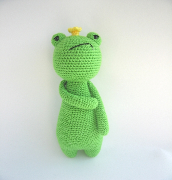 Prince Perry the Amigurumi Frog - PDF crochet pattern by Airali design | 600x573
