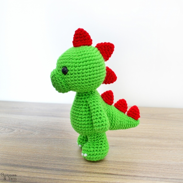 This amigurumi dinosaur is just so cute! Download the pattern ... | 600x600